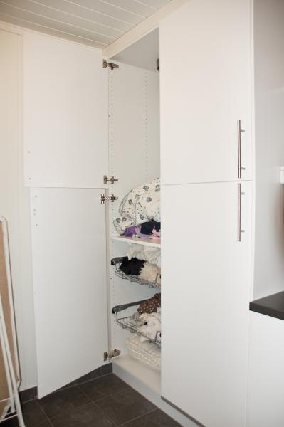 Høyskap på vaskerom med skittentøy
